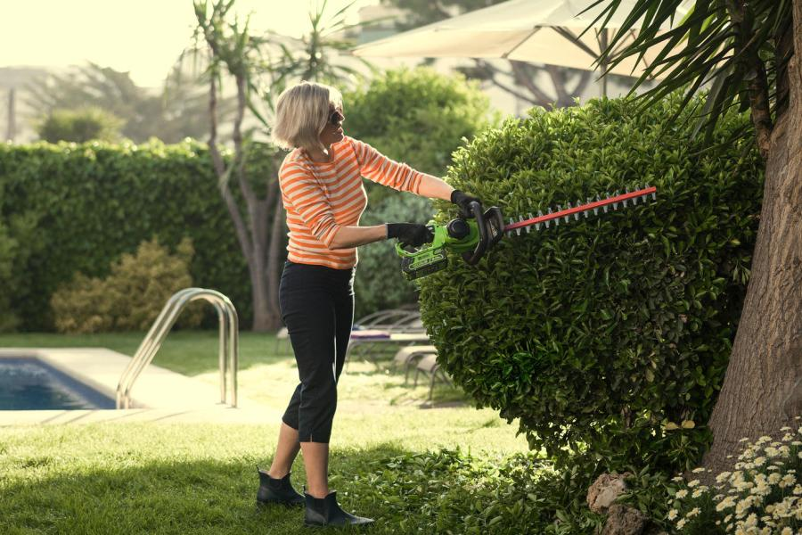 Greenworks 40V Cordless Hedge Trimmer Review | Garden Power Tools