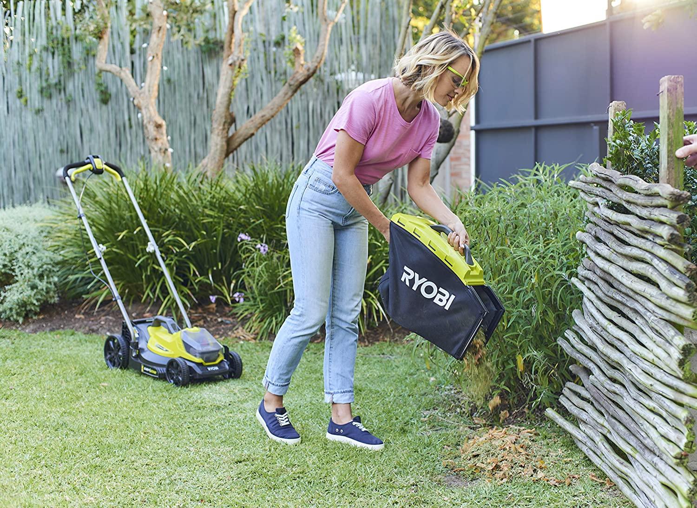 Ryobi OLM1833B Grass Bag Empyting